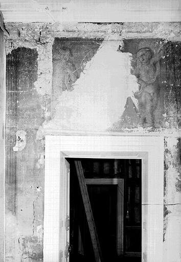 Peinture murale encadrant la porte de l'ancienne salle à manger : à gauche un pilastre cannelé, au dessus deux enfants