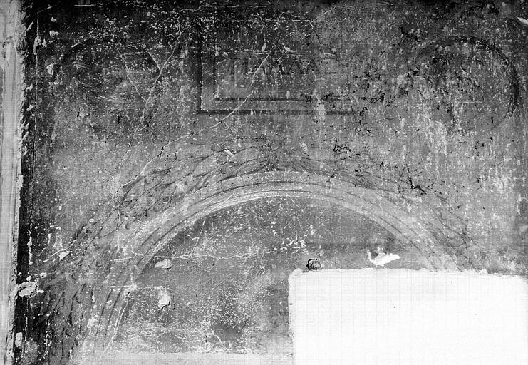 Peinture murale encadrant la porte de l'ancienne salle à manger : Arcade et deux médaillons antiques de part et d'autre de l'inscription 'Pallas'