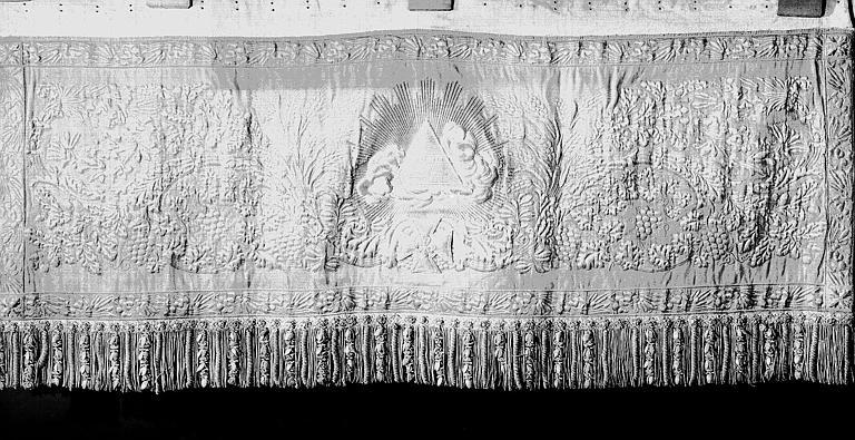 Pente de dais en drap d'or avec au centre : Le Saint Nom de Dieu