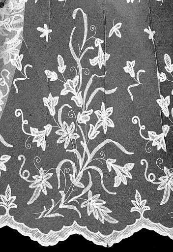 Aube de dentelle ayant servi pour le sacre de Charles X : Détail de la bordure