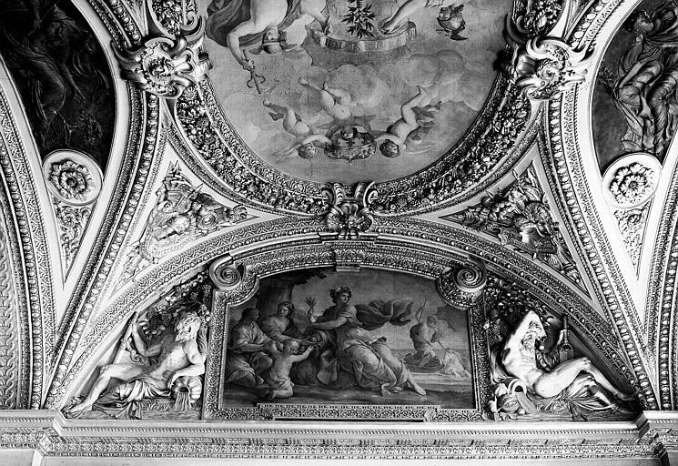 Appartements d'Anne d'Autriche, plafond peint du Salon de la Paix (ancien vestibule) : L'Abondance distribue les fruits de la Terre (détail de l'Allégorie du Traité des Pyrénées)
