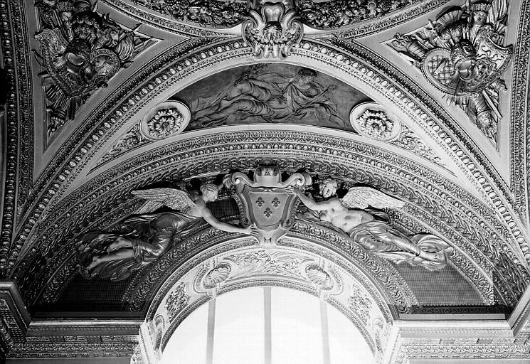 Appartements d'Anne d'Autriche, stuc du Salon de la Paix (ancien vestibule) situé au-dessus de la fenêtre côté jardin : Deux anges portant les armes de la France