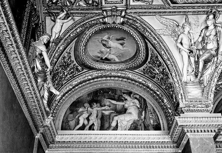 Appartements d'Anne d'Autriche, plafond peint de la salle des Antonins (ancienne chambre) : Les Arts rendant hommage à la Victoire (lunette) et Les Génies de l'Immortalité (médaillon)
