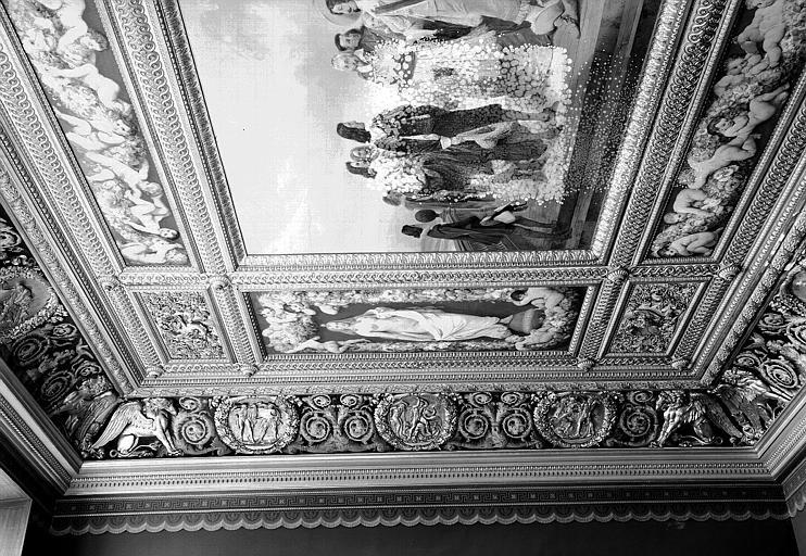 Galerie Campana, 1e salle, trois médaillons sculptés en bas-relief sur la voussure ouest : Travaux d'Hercule