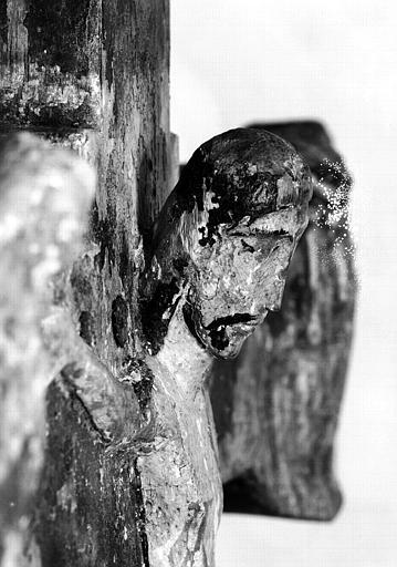 Croix processionnelle en bois sculpté (détail) : Profil droit du buste du Christ