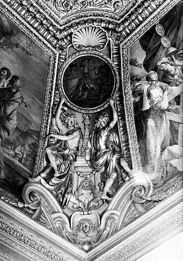 Appartements d'Anne d'Autriche, médaillon de stuc situé à l'angle nord-ouest de la salle Septime Sévère (ancien cabinet)