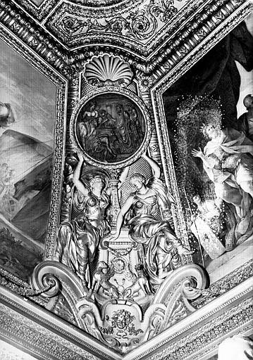 Appartements d'Anne d'Autriche, médaillon de stuc situé à l'angle sud-est de la salle Septime Sévère (ancien cabinet) : Scène de sacrifice