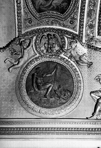 Médaillon sculpté du plafond, côté ouest : Le Tibre