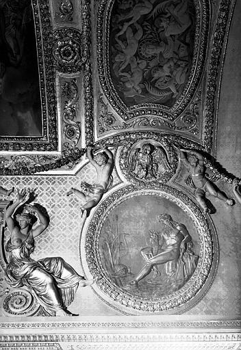 Médaillon sculpté du plafond, côté est : Le Nil