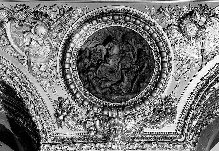 Salle d'Auguste, médaillon sculpté : Charlemagne vainqueur des Sarrasins