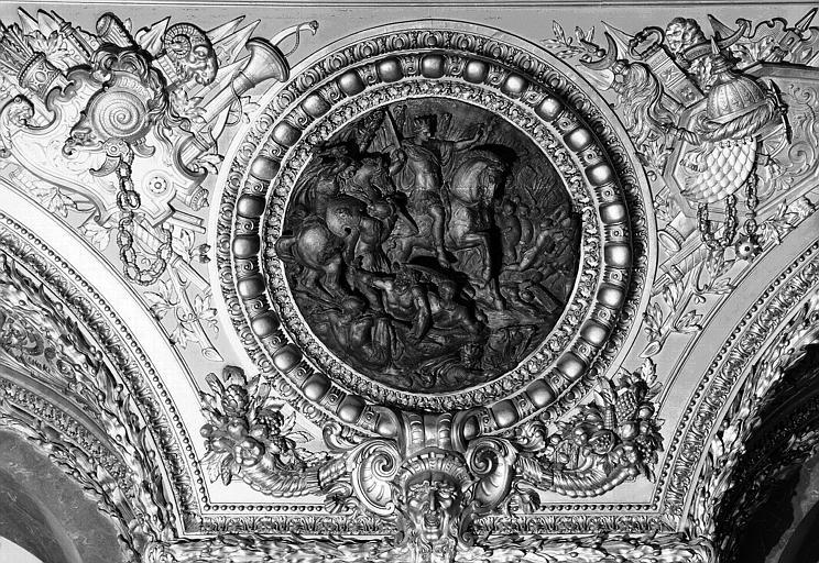 Salle d'Auguste, médaillon sculpté : César au milieu de ses troupes