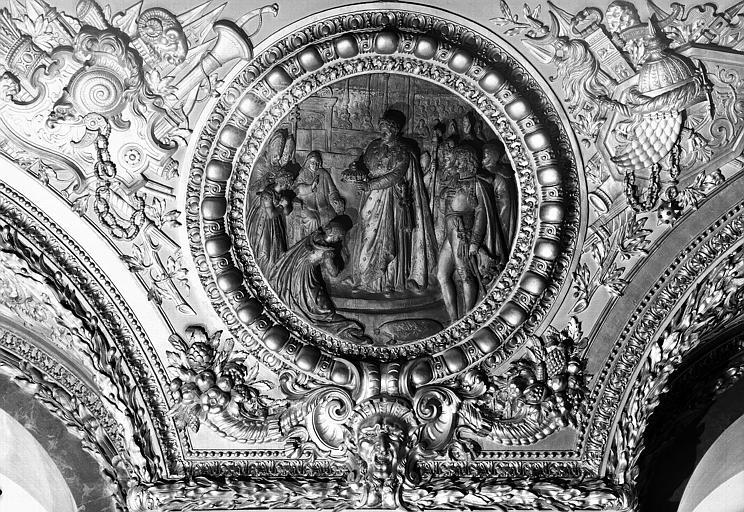 Salle d'Auguste, médaillon sculpté : Sacre de Napoléon