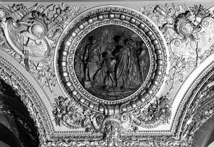 Salle d'Auguste, médaillon sculpté : Auguste et Vitruve