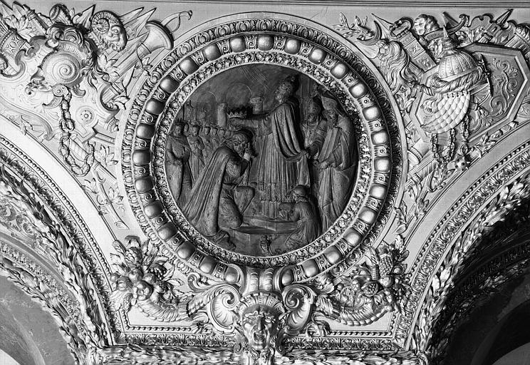 Salle d'Auguste, médaillon sculpté : Sacre de Charlemagne