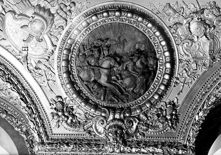 Salle d'Auguste, médaillon sculpté : Napoléon 1er à Austerlitz