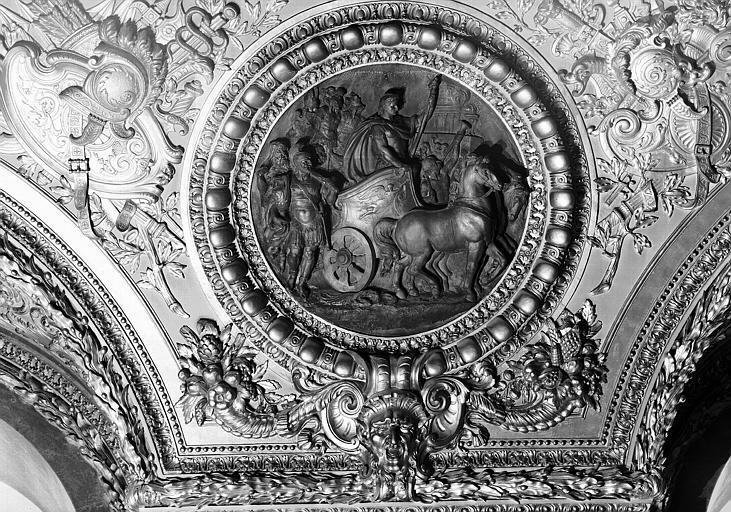 Salle d'Auguste, médaillon sculpté : Triomphe de César