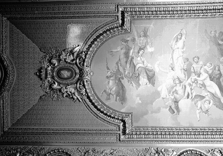 Salle d'Auguste, plafond peint (partie gauche du panneau principal) : L'Assemblée des Dieux, et portrait d'Eugénie en médaillon