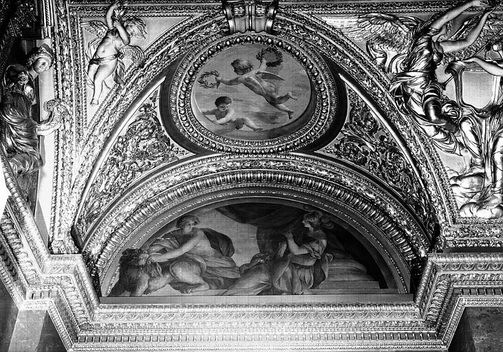 Appartements d'Anne d'Autriche, plafond peint de la Salle des Antonins (ancienne chambre) : La Tempérance et la Paix (lunette), et Les génies de la Gloire (médaillon)