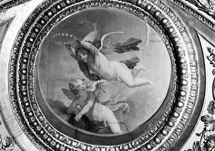 Appartements d'Anne d'Autriche, plafond peint de la Salle des Antonins (ancienne chambre) : Génies de l'Immortalité (médaillon)