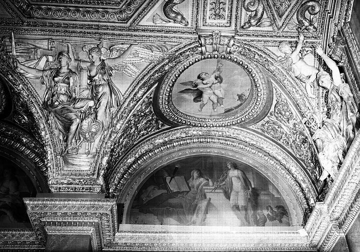 Appartements d'Anne d'Autriche, plafond peint de la Salle des Antonins (ancienne chambre) : L'Etude et la Renommée (lunette), et Les Génies des Arts (médaillon)