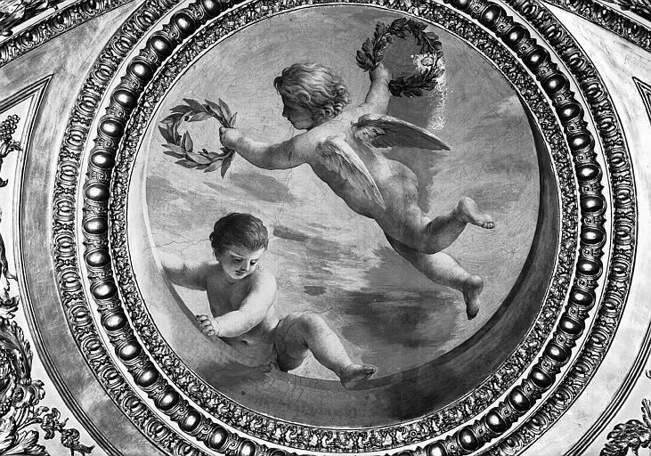 Appartements d'Anne d'Autriche, plafond peint de la Salle des Antonins (ancienne chambre) : Génies de la Gloire (médaillon)