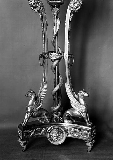 Paire de candélabres en bronze doré (A2) : Base du trépied porté par des dragons ailés et au centre un serpent de bronze doré autour d'un thyrse