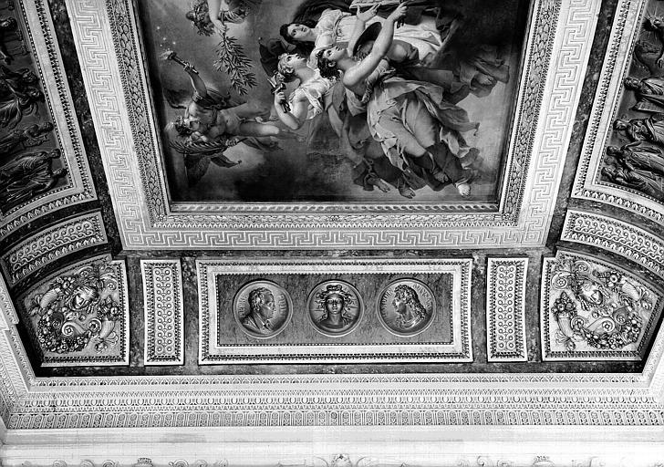 Salle Percier, voussure est (bas-relief) : Médaillons de Pierre Pujet et François Mansard