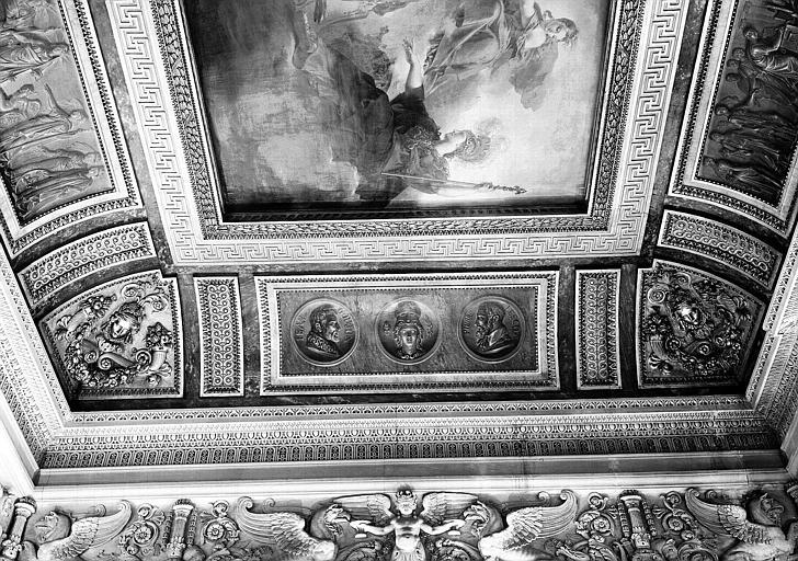 Salle Percier, voussure ouest (bas-relief) : Médaillons de Jean et Goujon et Pierre-Lescot
