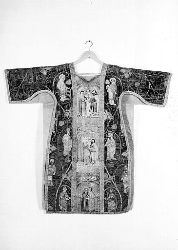 Dalmatique décorée de broderies de soie et d'orfrois et provenant d'une chape du début du 15e siècle : Scènes de la vie de la Vierge (face)