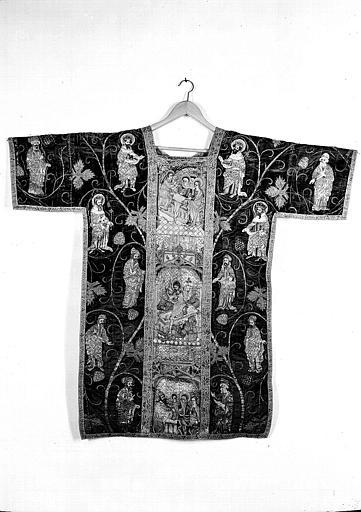 Dalmatique décorée de broderies de soie et d'orfrois et provenant d'une chape du début du 15e siècle : Scènes de la vie de la Vierge (dos)