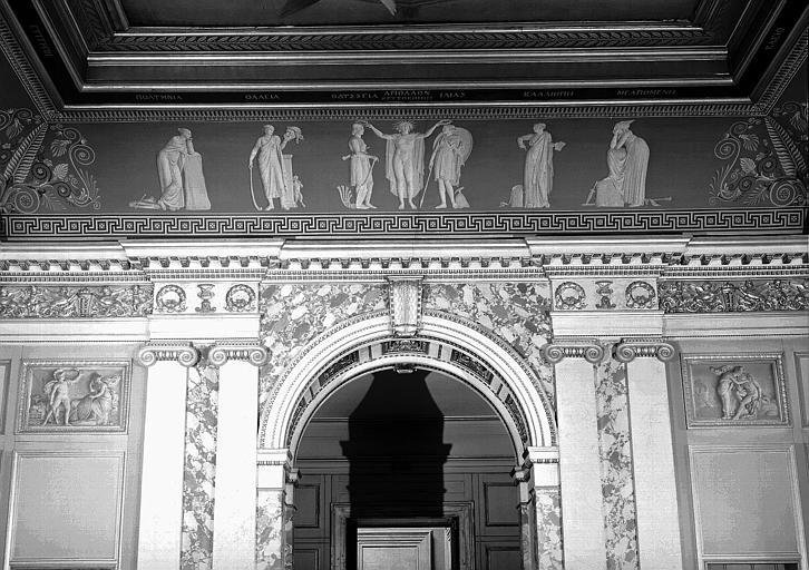Galerie Charles X, voussure ouest de la 1e salle (Salle Clarac) : Apollon accueille l'Iliade et l'Odyssée au rang des Muses (Grisailles), scènes de l'Iliade