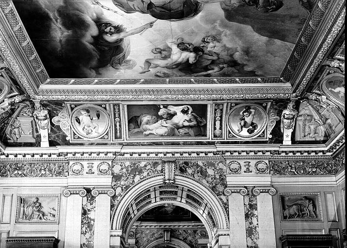 Galerie Charles X, voussure est de la 8e salle : Mort de Pline l'Ancien (Grisailles)