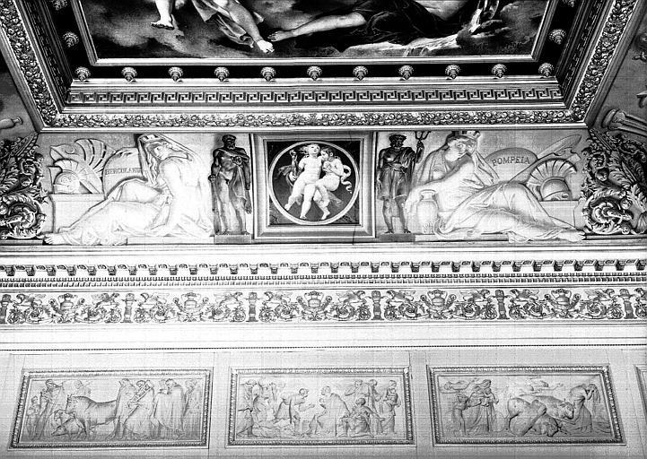 Galerie Charles X, voussure de la 7e salle : Génies volant, Allégories de Pompéi et d'Herculanum (Grisailles)