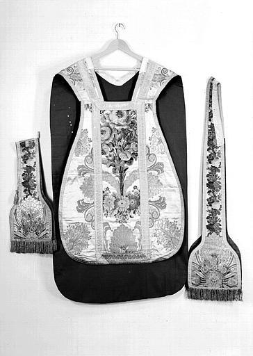 Chasuble, manipule et étole (ornements liturgiques donnés en 1837 par Louis-Philippe 1er à la Cathédrale de Versailles)