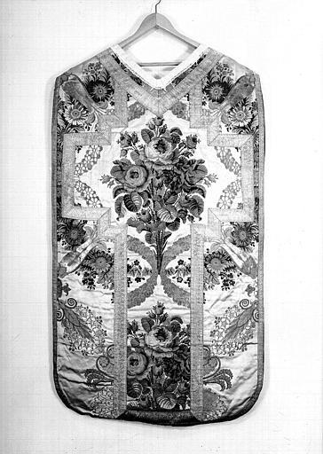 Chasuble vus de dos (ornement liturgique donné en 1837 par Louis-Philippe 1er à la Cathédrale de Versailles)