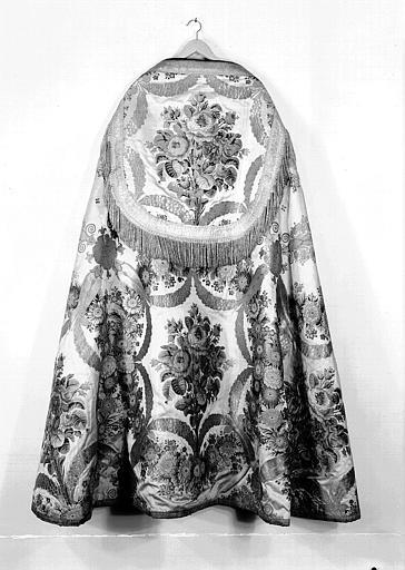 Chape vue de dos (ornement liturgique donné en 1837 par Louis-Philippe 1er à la Cathédrale de Versailles)