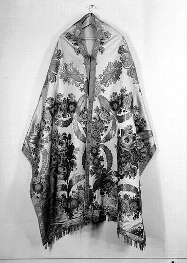 Voile huméral vu de face (ornement liturgique donné en 1837 par Louis-Philippe 1er à la Cathédrale de Versailles)