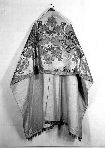 Voile huméral vu de dos (ornement liturgique donné en 1837 par Louis-Philippe 1er à la Cathédrale de Versailles)