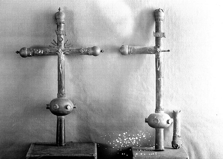 Deux croix processionnelles en cuivre (avers)