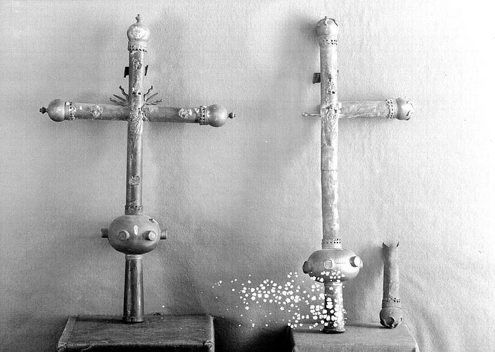 Deux croix processionnelles en cuivre (revers)