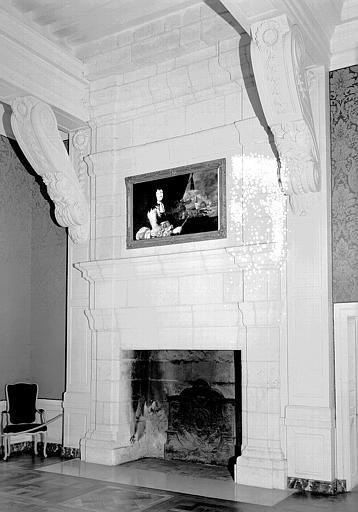 Chambre de la Dauphine au 1e étage : Cheminée avec une peinture sur toile représentant le portrait en buste de Louis XIV en armure
