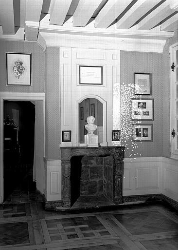 Cabinet de souvenirs du Comte de Chambord au 1e étage : Cheminée