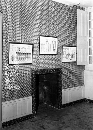Chambre : Plans de Chambord accrochés au mur et cheminée