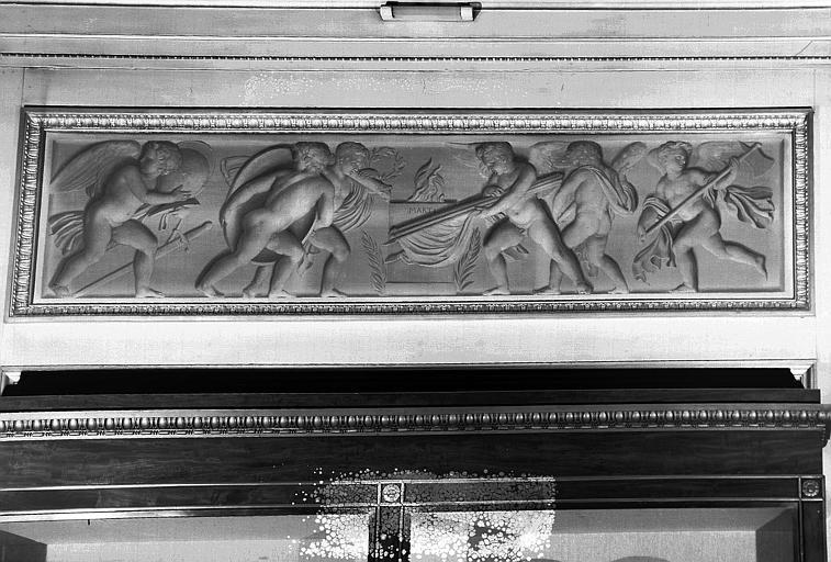 Galerie Charles X, Grisaille de la 6e salle : Génies rendant hommage au dieu Mars