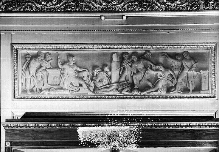 Galerie Charles X, grisaille sur le côté nord de la 4e salle : Les Barbares renversant les monuments de la Grèce