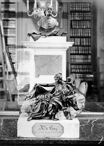 Monument à Monseigneur de Livry évêque de Callimaque, abbé de Sainte-Colombe de Sens : Groupe sculpté en bronze sur socle de marbre