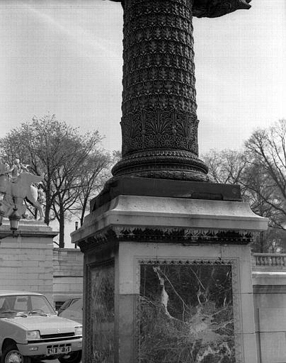Colonne rostrale devant les Tuileries (partie inférieure)