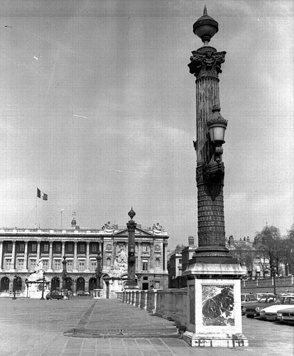 Colonne rostrale devant les Tuileries