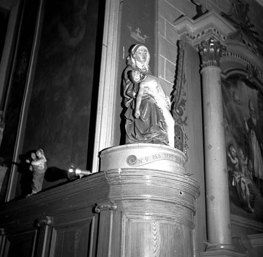 Groupe en pierre d'une Vierge de Pitié