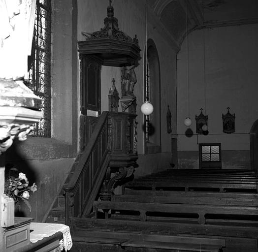 Chaire à prêcher en bois de chêne, au 1e plan sous escalier